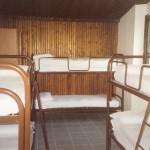 Camerata da 6 o 8 persone su letti a castello con sponda.